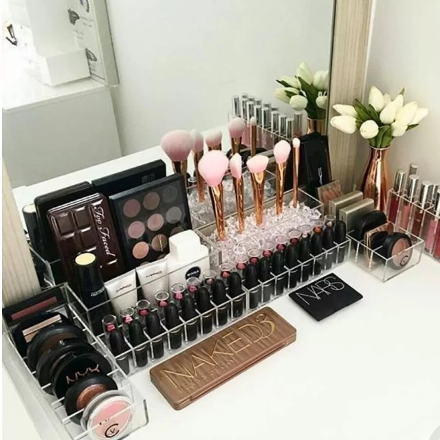 Makeup Organizer on Desk. Photo by Instagram user @closetdreamssa
