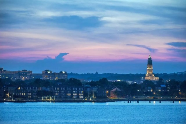 alexandria, va at dusk looking at city from the water photo by Instagram user @visitalexva