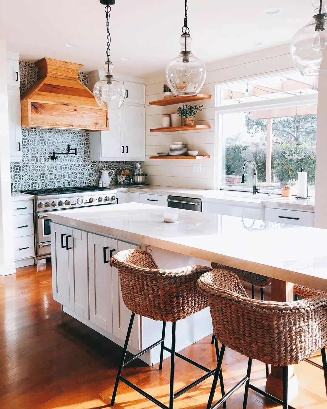 Modern kitchen. Photo by Instagram user @theressnowplacelikehome