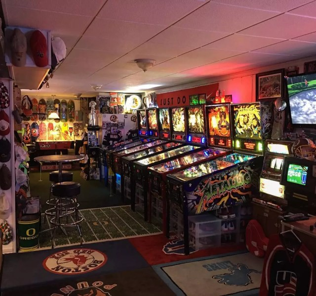 Vintage game room with pinball machines. Photo by Instagram user @larryodaddyo4591