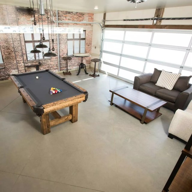 Garage game room with pool table. Photo by Instagram user @themancavestoreatl