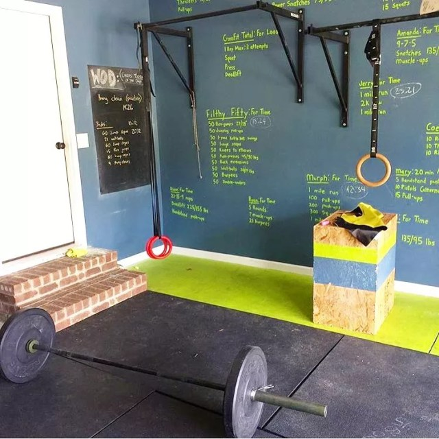 Home gym with a chalkboard wall. Photo by Instagram user @homegymideas