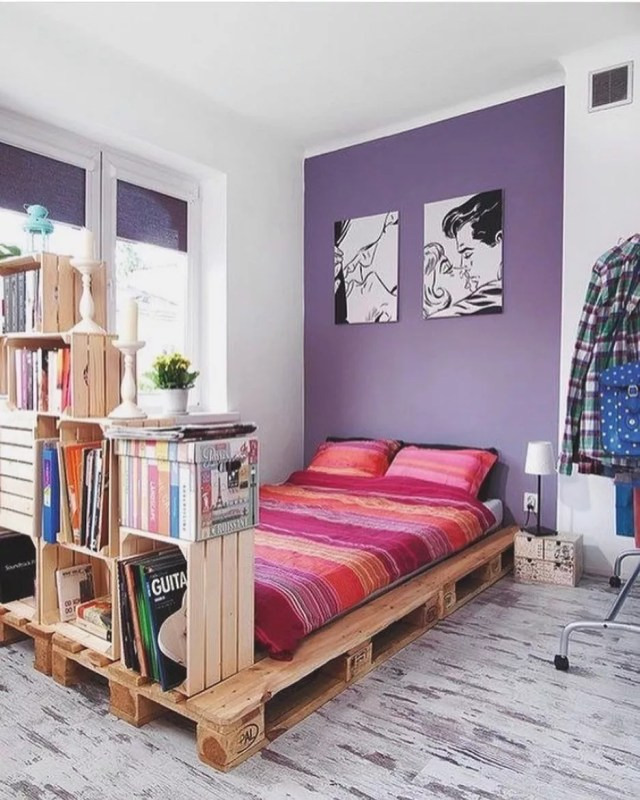 wooden crates stacked as storage at the foot of a small bed on top of a wooden pallets photo by Instagram user @smallapartmentdecor