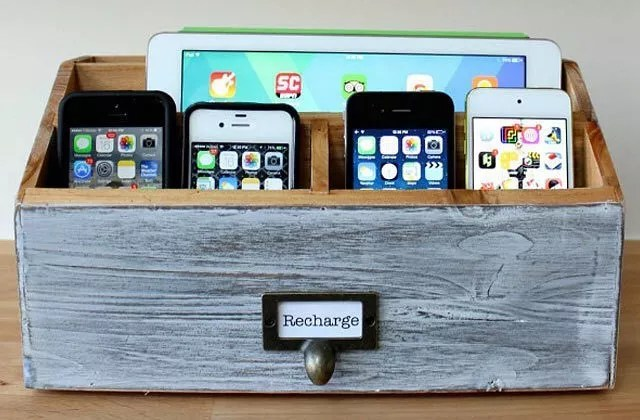 iPhones and iPad in DIY home charging station box. Photo by Instagram user @bestadvisor_electronics