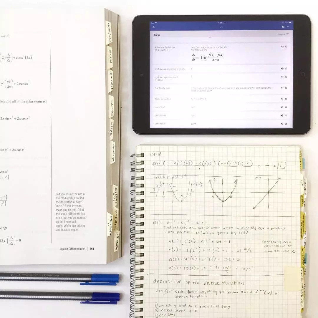 College Notebooks with a Tablet. Photo by Instagram user @quizlet