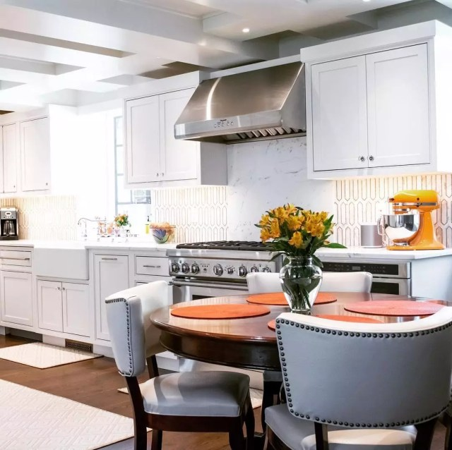 Eat-in kitchen design. Photo by Instagram user @kingswoodnorwalk