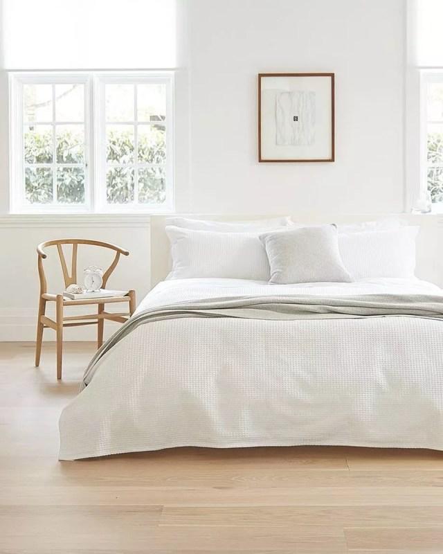 Minimalist bedroom. Photo by Instagram user @minimalistbible