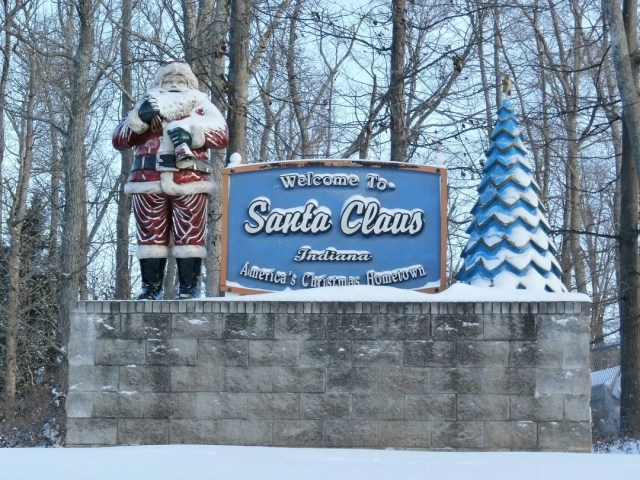 Santa Claus statue next to Santa sign. Photo by Instagram user @wetravelthere