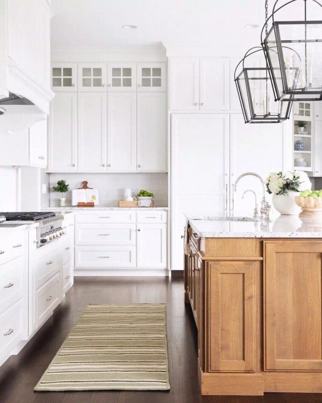 Large modern kitchen. Photo by Instagram user @thehouseofbrookeandlou