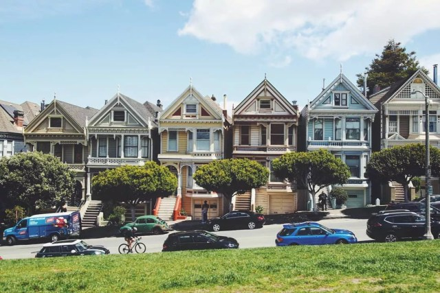 Picture of rowhouses from the show Full House. Photo by Instagram user @tigerladyy