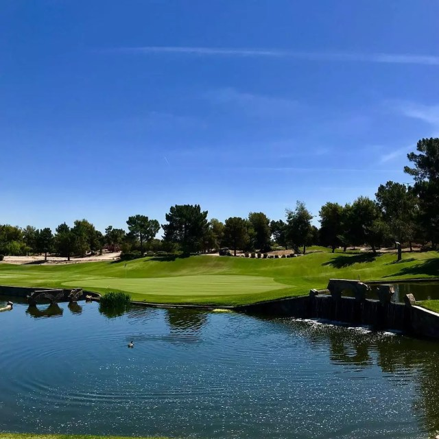 Putting green near water at the Raven Golf Club in Phoenix. Photo by Instagram user @_andresjimenez