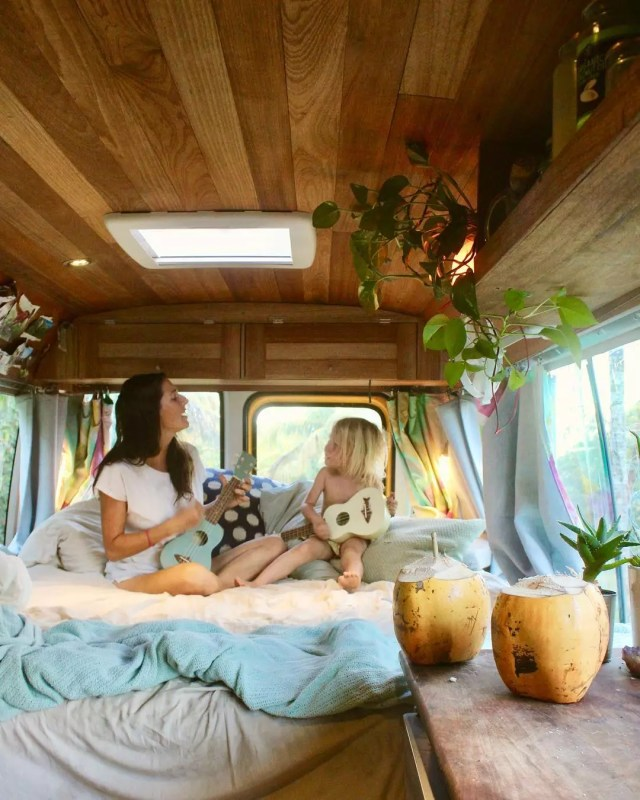 Mon and kid playing guitar in a van. Photo by Instagram user @yellow.like.sunshine
