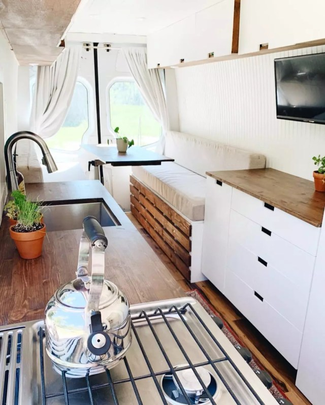 Minimalist decor can in white. Photo by Instagram user @mallory_virgets
