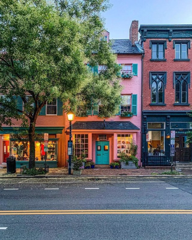 Pink and red brick shopping buildings in Old Town Alexandria. Photo by Instagram user @millgrimage
