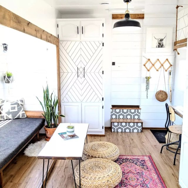 Room with white walls and wood decor. Photo by Instagram user @whitehousemuddyfeet