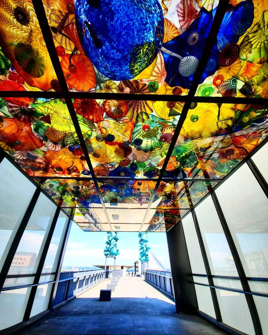 Glass building with colorful glass sculptures on ceiling. Photo by Instagram user @yk5545