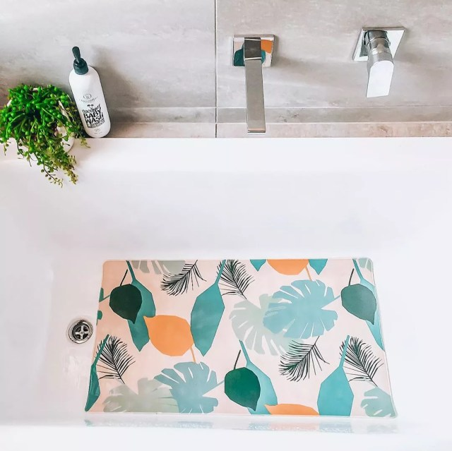 Bath mat in bathtub. Photo by Instagram user @keeping_up_with_our_sweet_life