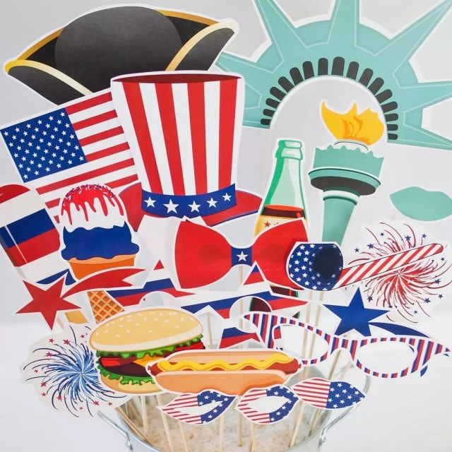Fourth of July Styled Home Photo Booth Props. Photo by Instagram user @paperandcake