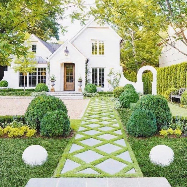 Well Manicured Front Yard with Trimmed Bushes. Photo by Instagram user @summeradamsdesigns