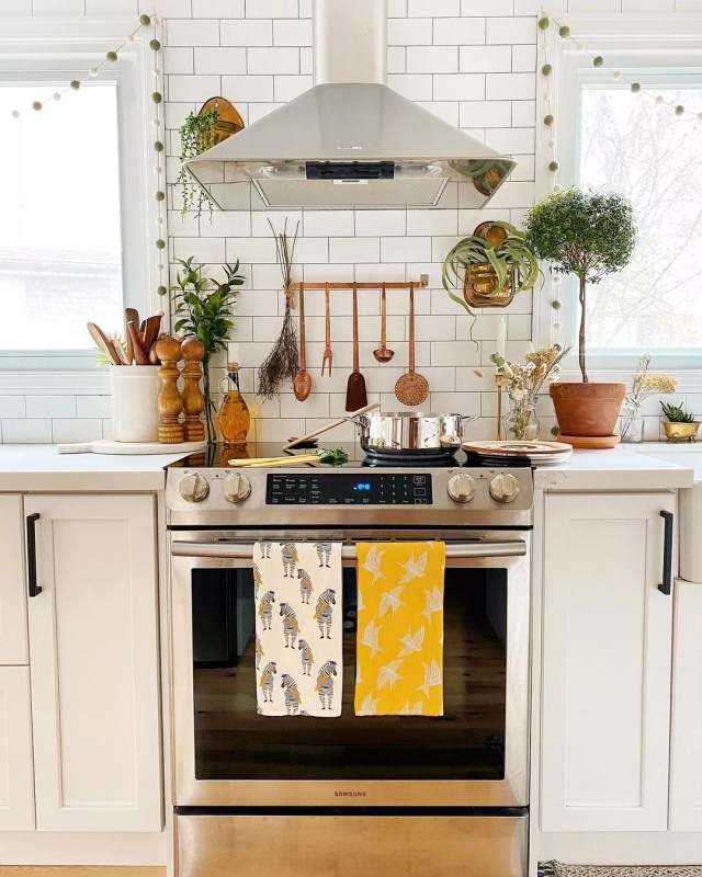 Kitchen Stovetop with a Convection Oven. Photo by Instagram user @thekwendyhome