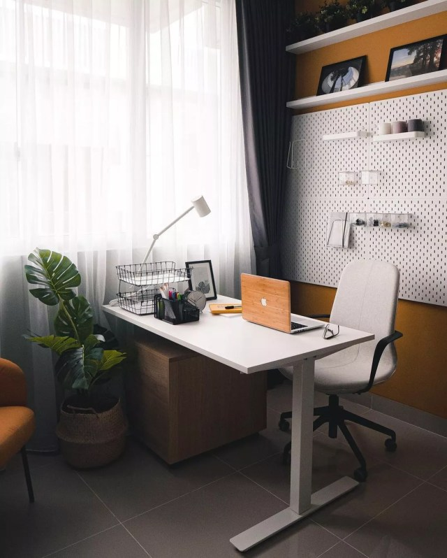 Home office with desk and computer. Photo by Instagram user @mrvahn