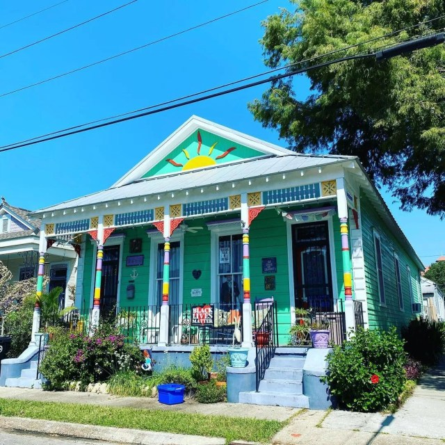 Brightly colored cottage home in Bayou St John neighborhood. Photo by Instagram user @new_to_nola