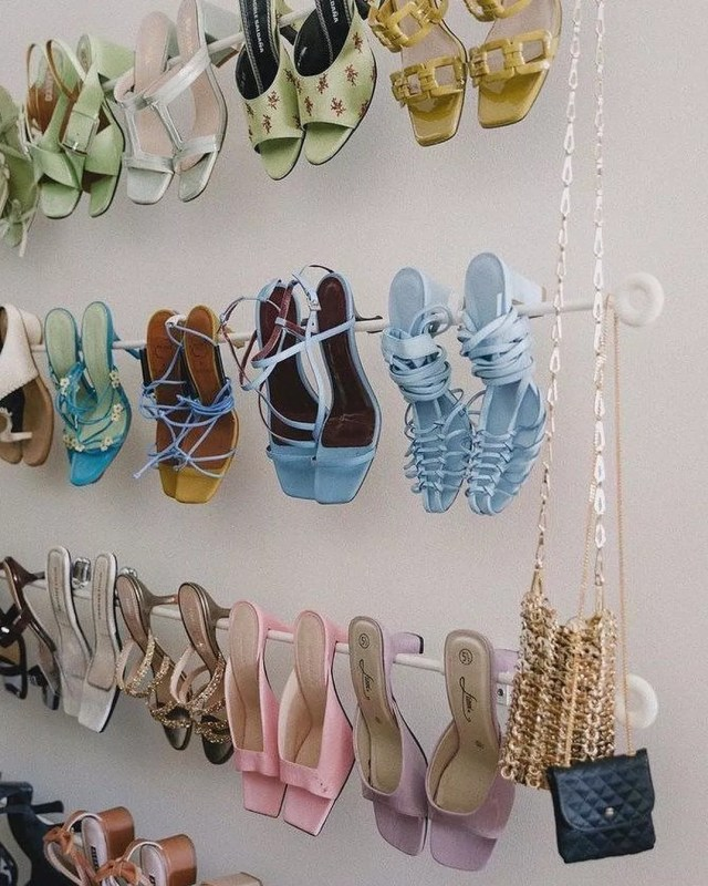 Heels hanging on curtain rods in a closet. Photo by Instagram User @poaluxe