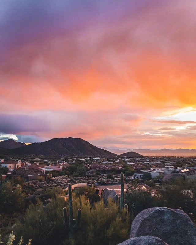 View of Scottsdale with pink skies and mountains in the background. Photo by Instagram user @gbarb18