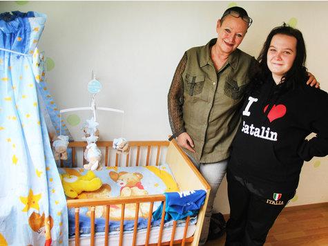Hartz-IV-Expertin Ellen Vaudlet mit ihrem Schützling. Die 18-jährige Offenbacherin ist im vierten Monat schwanger. Auch sie wurde von der Mainarbeit in diesem Monat für ihre Erstausstattung in ein städtisches Kaufhaus geschickt, obwohl es billigere Angebote gab.