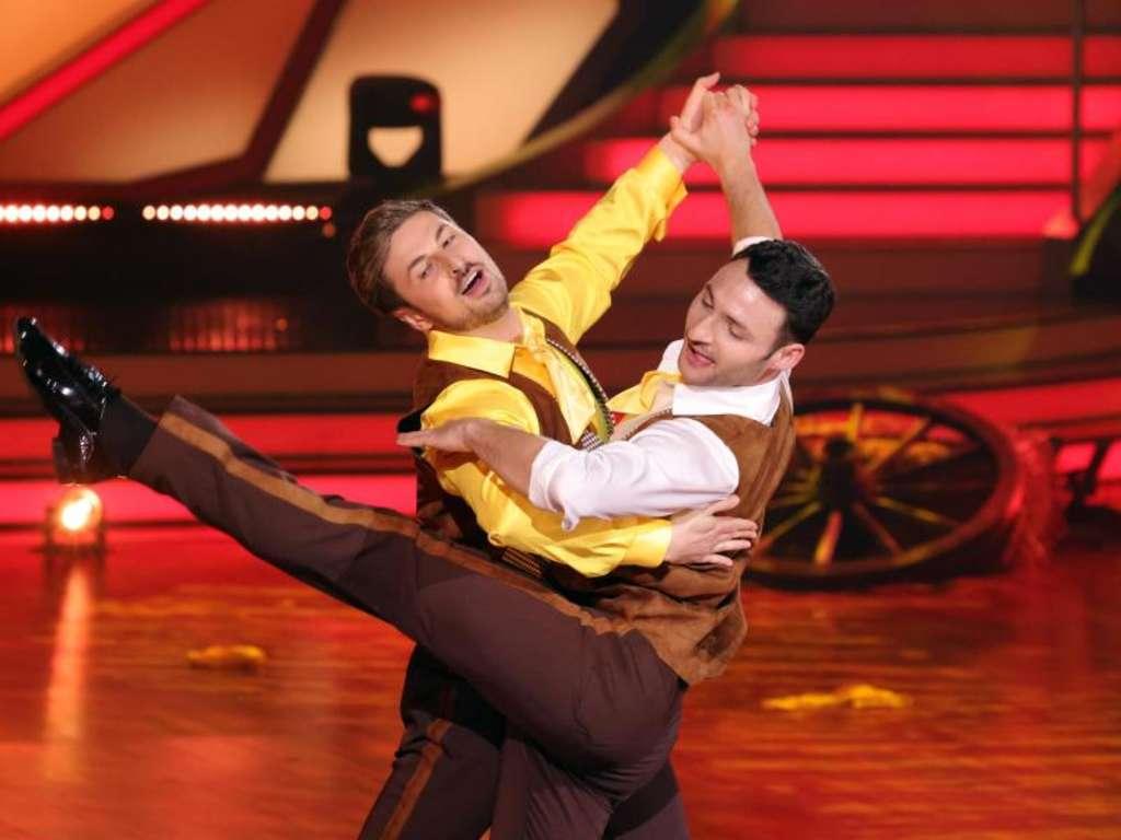 nicolas puschmann tanzt mit einem