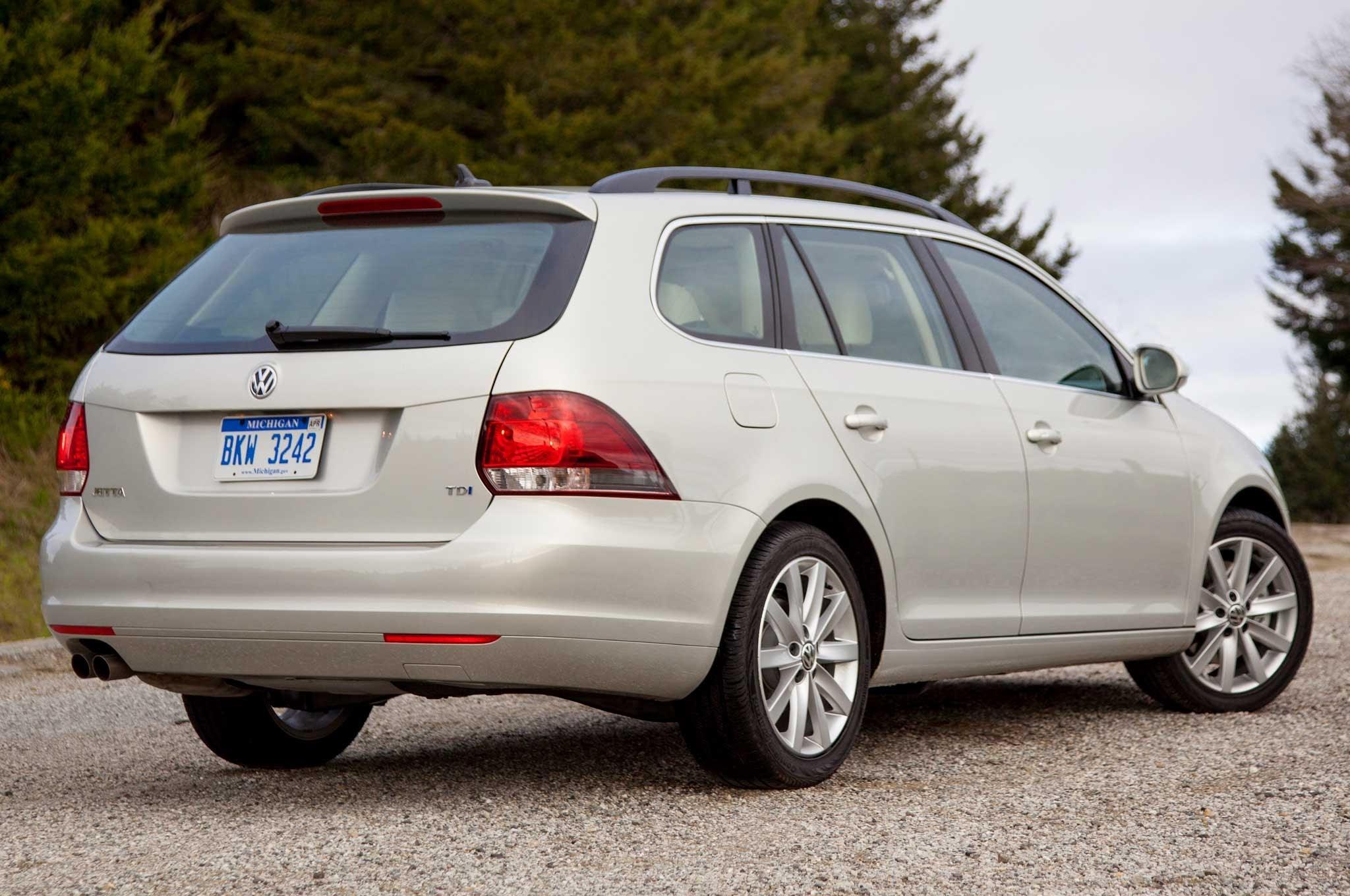2010-Volkswagen-Jetta-SportWagen-TDI-rear-side-view
