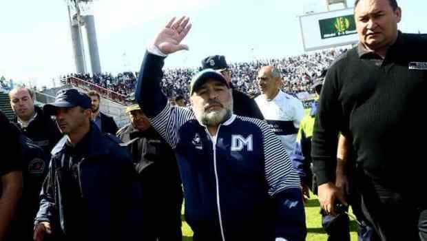 Diego Maradona renunció como entrenador de Gimnasia y Esgrima