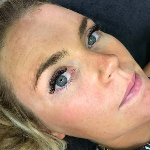 An Eyewonderlust eyelash extensions customer shows off their new lashes.