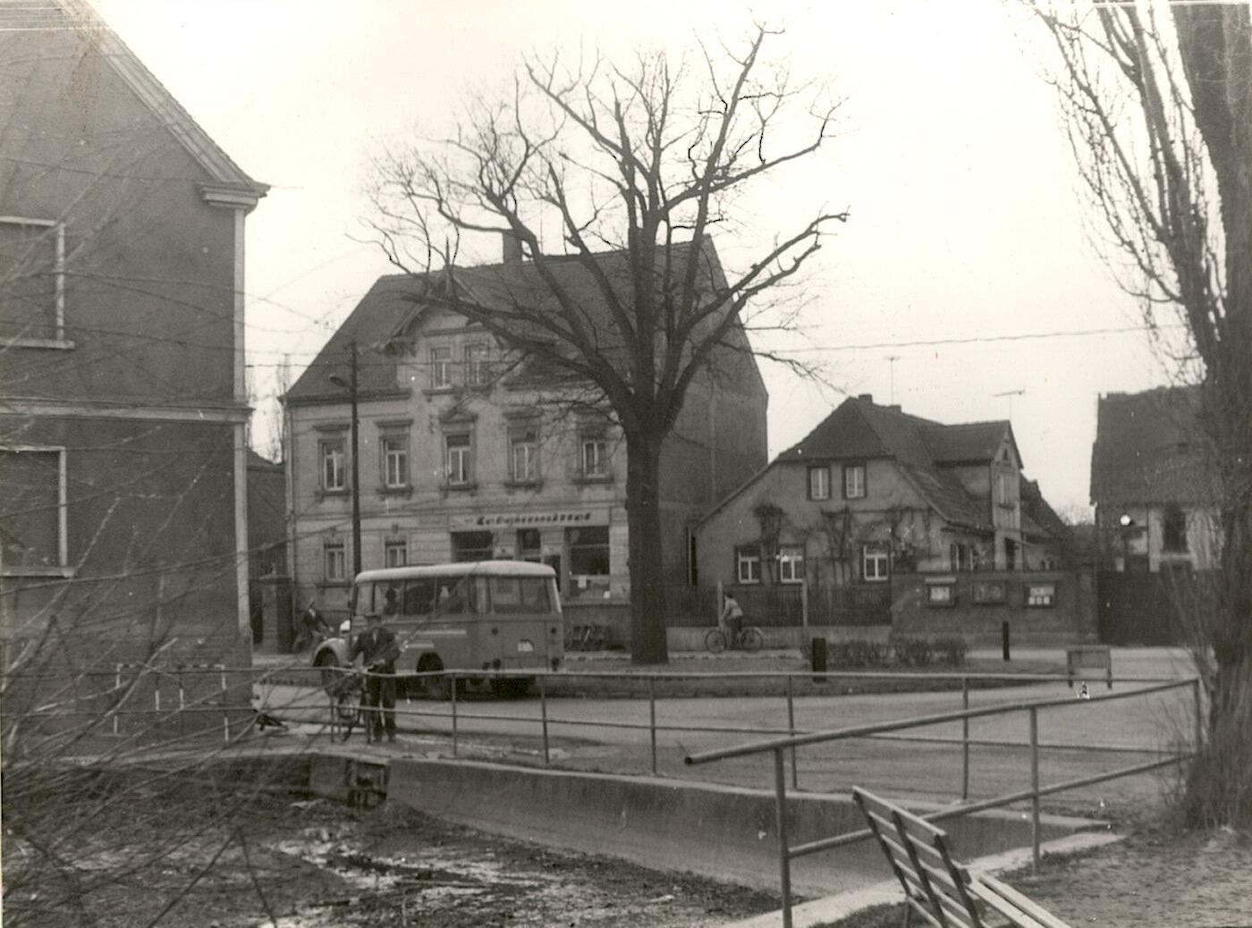 Dorfteich mit Dorfplatz
