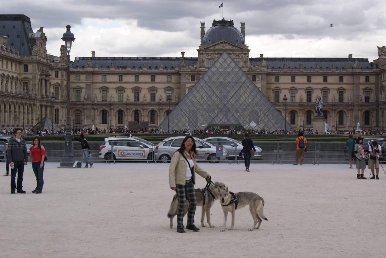 Grace Ezechiele e Claudia davanti al Louvre