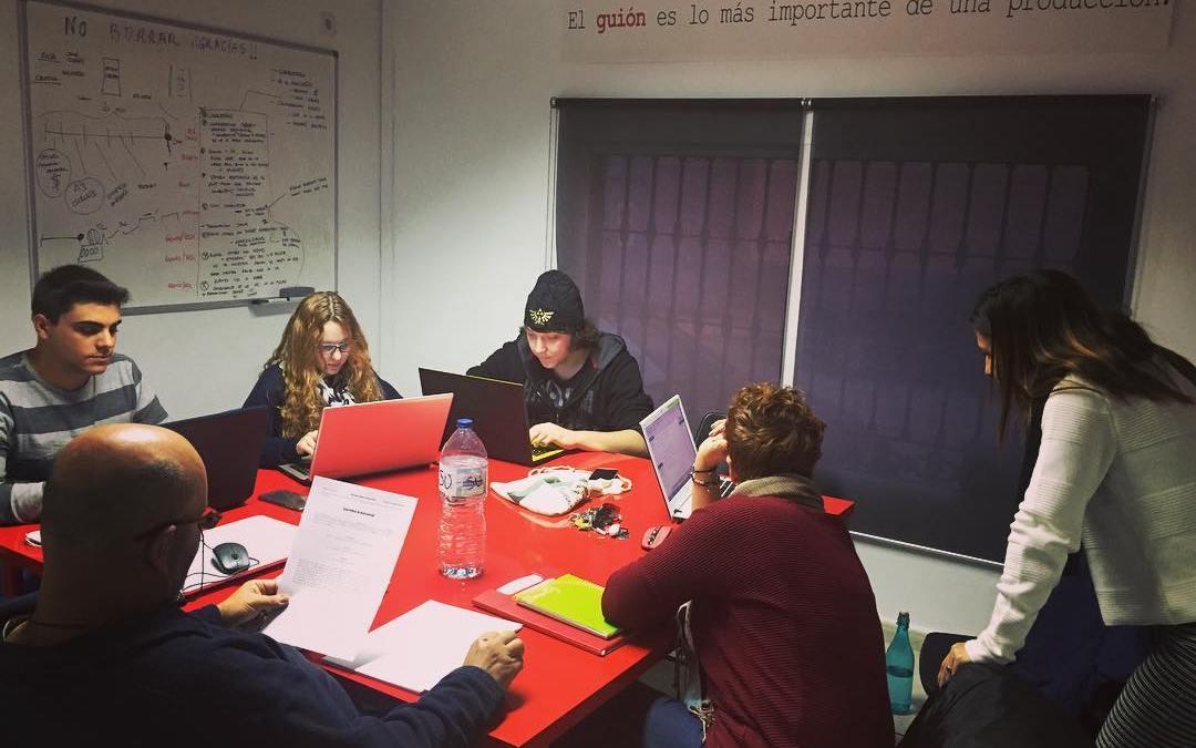 Una sala de #guion, con guionistas trabajando #akemarropa