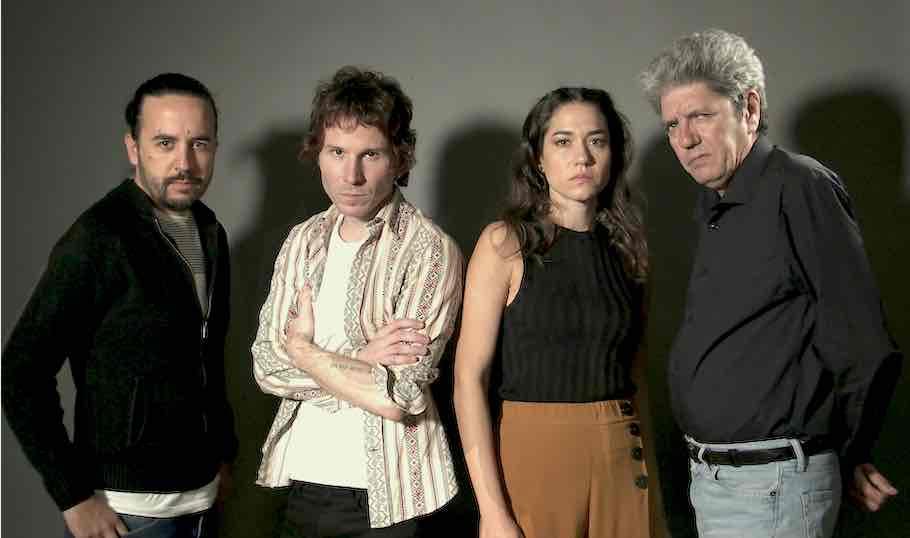 Ezekiel Montes, junto con el reparto de Hombre muerto no sabe vivir, Rubén Ochandiano, Elena Martínez y Antonio Dechent
