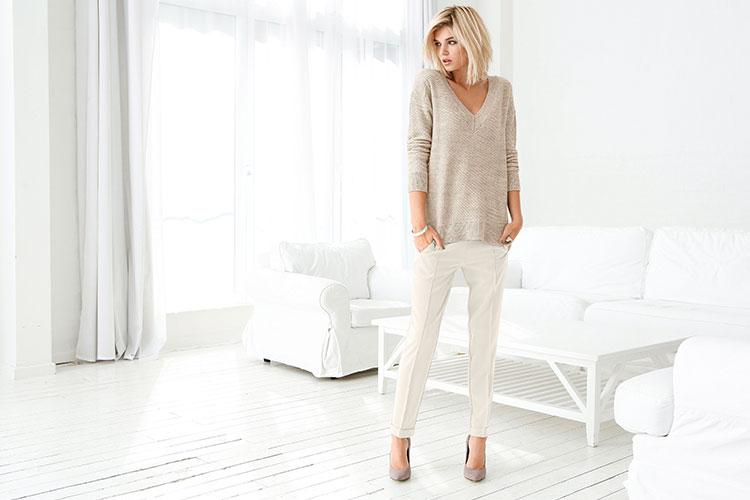 On trend: knitwear with white pants. Style 149021