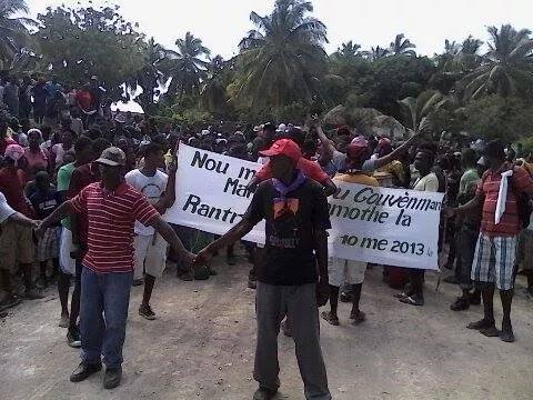 Ile a Vache demonstrators, Feb 7, 2015. Demanding: Rescind the May 10, 2013 Martelly presidential decree taking Haiti offshore island by imminent domain. Haiti is not for sale. Ile a Vache not for sale. Photo Source: FB-Mélinda Wilson