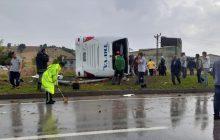 Biga'da yolcu otobüsü devrildi: Bir kişi öldü, 28 kişi yaralandı