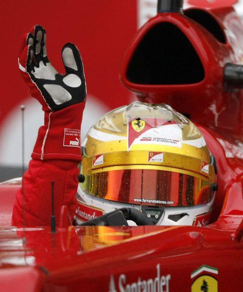 Alonso saludando al público al finalizar la carrera de Mónaco