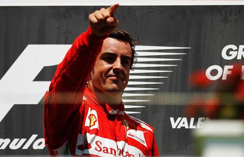 Alonso feliz en el podio