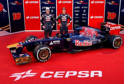 Daniel Ricciardo y Jean-Eric Vergne junto al Toro Rosso STR8 de 2013