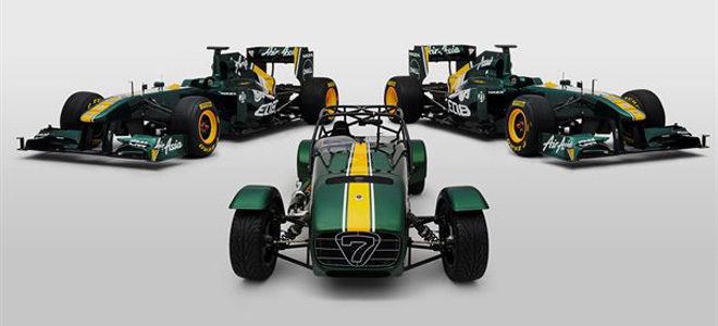 En medio el Caterham Seven con los colores del equipo y al lado los Team Lotus T128