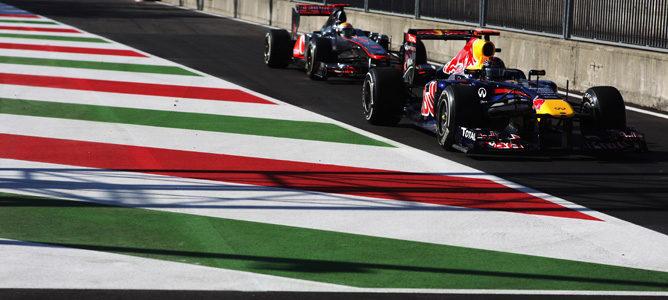 Vettel y detrás de él Hamilton, saliendo del pit-lane durante los Libres 2 de Monza