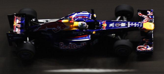 Vettel rodando en el circuito de Marina Bay durante los Libres 2