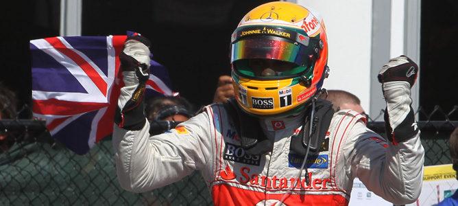 Hamilton celebrando su victoria del Gran Premio de Canadá