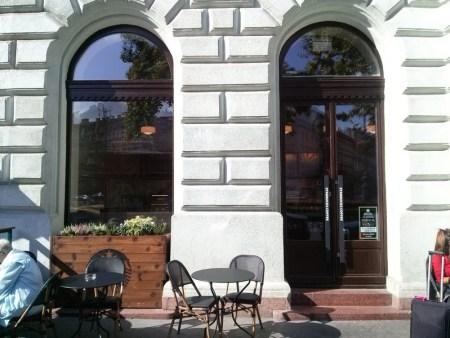 Starbucks oktogon, fa ablak csere