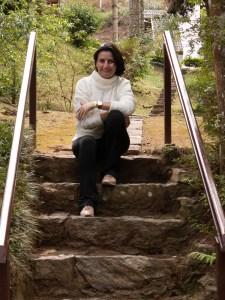 Fabiana sentada no alto de uma escada