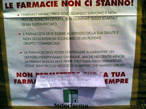 Un commento di un cliente apposto sul volantino di Federfarma contro il Decreto Bersani a Padova